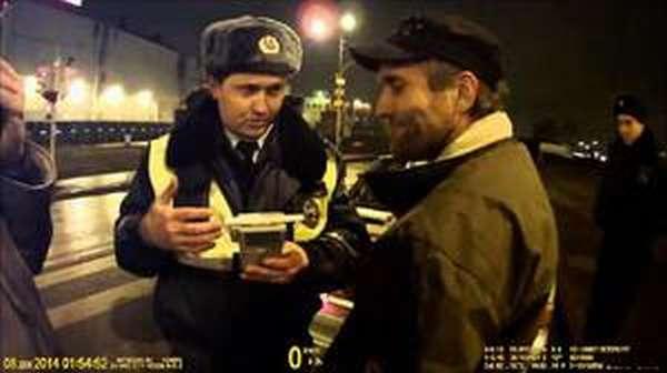 Инспектор ГИБДД с задержаным водителем