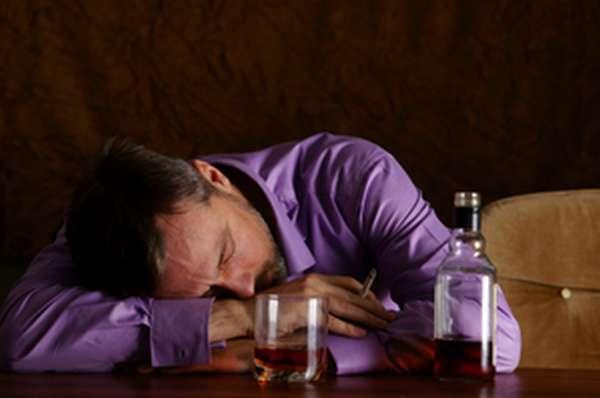 Как лечат алкоголизм и почему им болеют