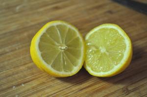 Острый приступ тошноты поможет снять ингаляция с лимоном