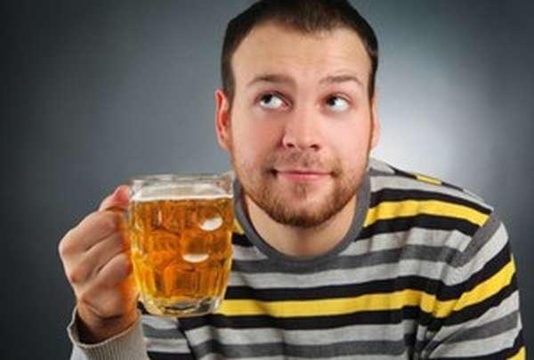 Пить пиво из бокала
