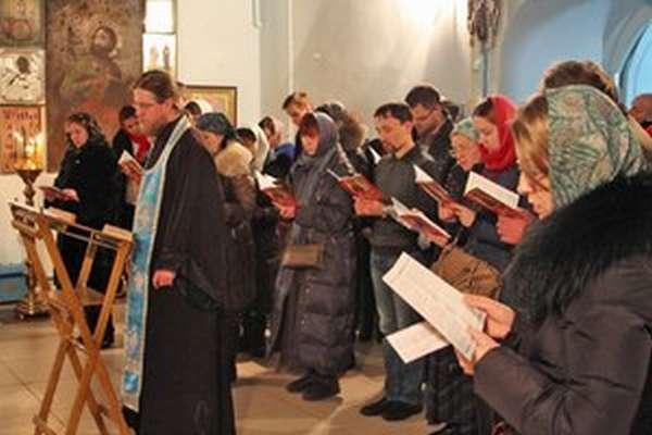 Служба в церквном храме в воскресенье