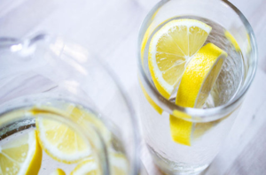Вода с лимоном для устранения запаха перегара