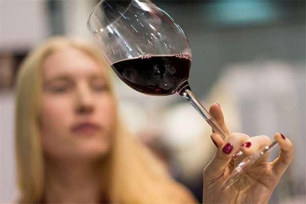 Алкоголь пагубно влияет на кожу