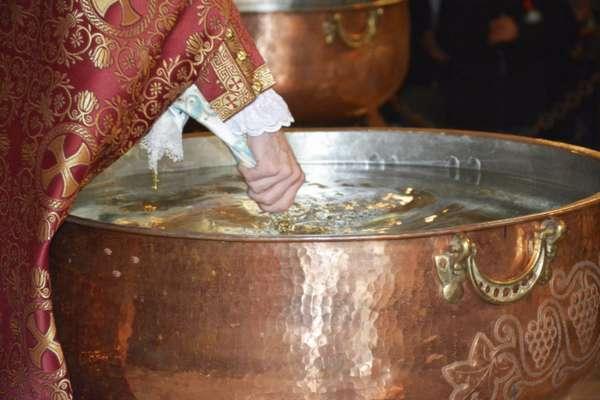 Святая вода в церкви