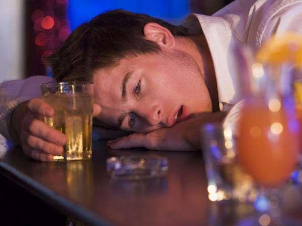 Парень в сильном алкогольном опьянении