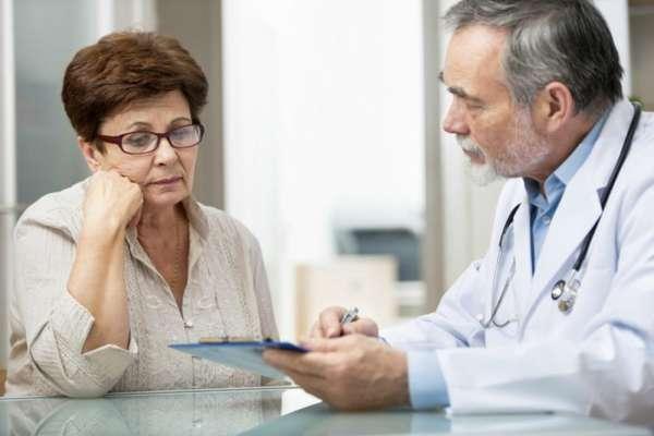 Врач проводит беседу с пациенткой
