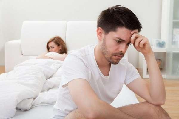 Парень расстроен после ссоры с девушкой