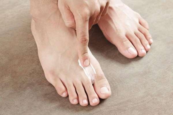 Нанесение крема на пальцы ноги