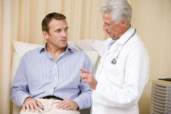 Врач беседует со своим пациентом