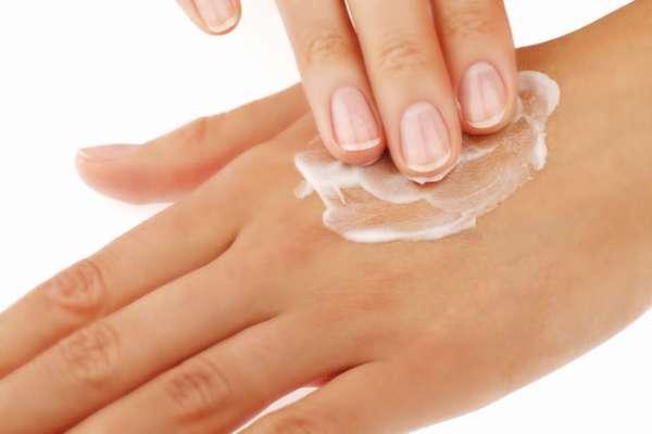 Нанесение крема на руку