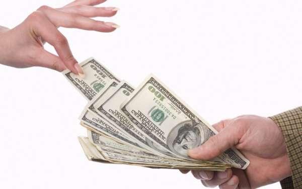 Деньги из рук в руки