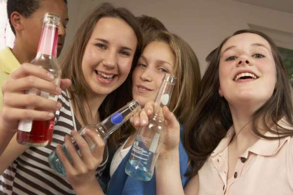 Подростки пьют алкоголь