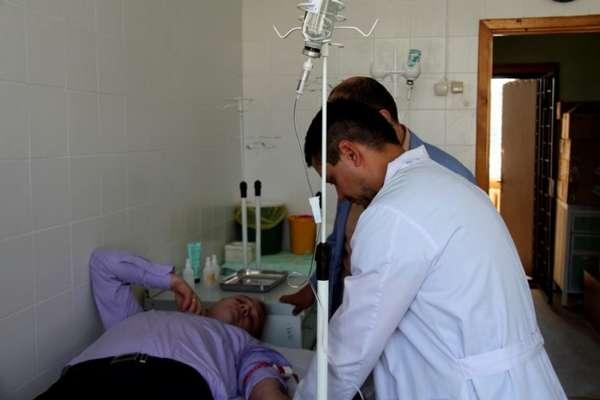 Доктора лечат мужчину