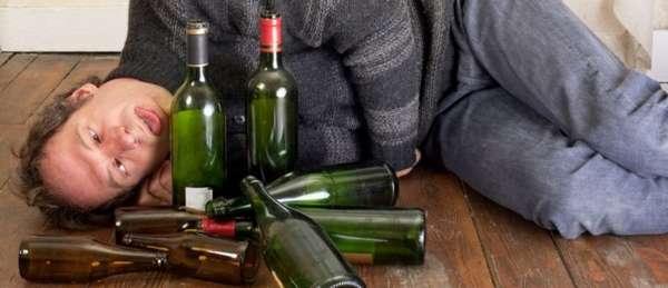 Пьяный мужчина возле бутылок
