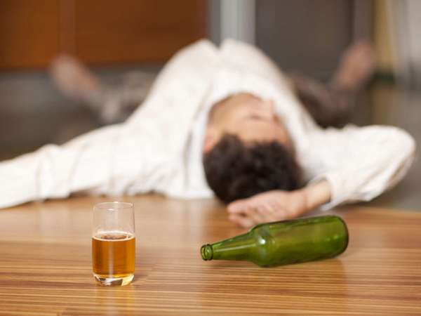 Пьяный мужчина лежит на полу