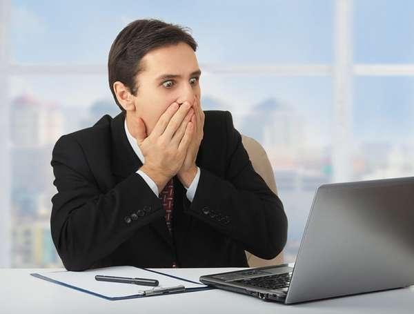 Мужчина напуган результатом работы