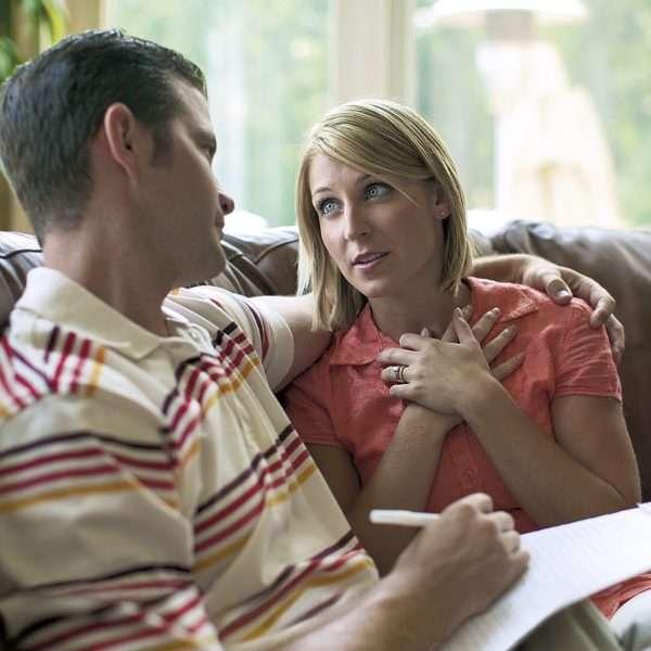 Женщина беседует с мужчиной