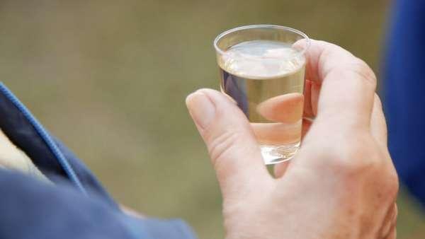 Рюмка водки в руке