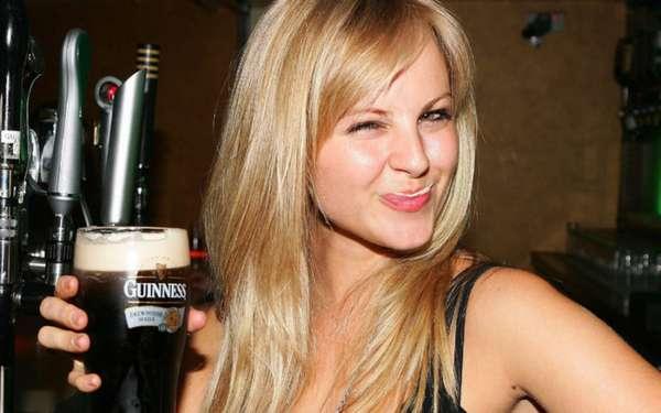 Молодая девушка пьет пиво