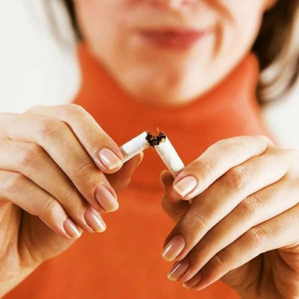 Женщина отказывается от курения