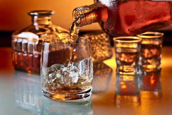 Спиртное наливают в стакан
