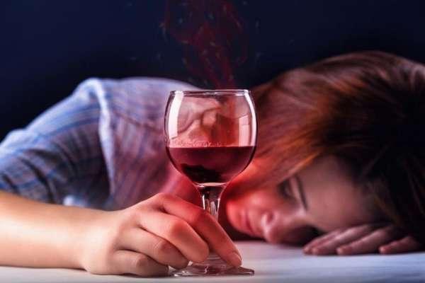 Девушка уснула выпивая вино