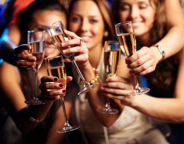 Компания пьет алкоголь
