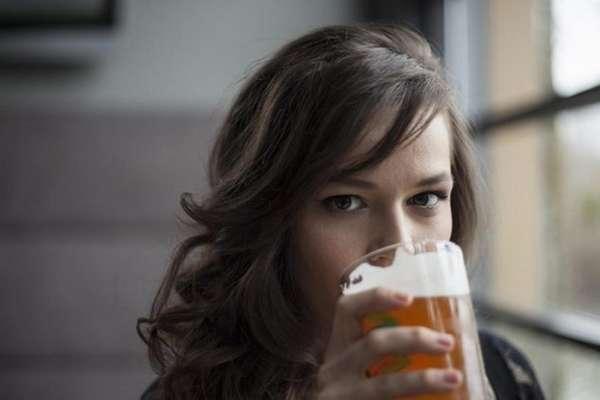 Девушка употребляет алкоголь