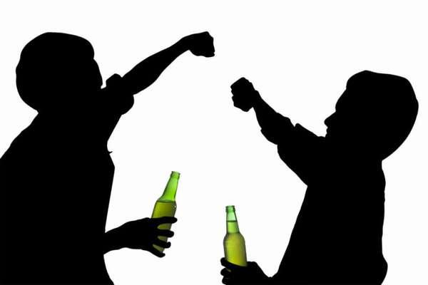 Парни пьют пиво