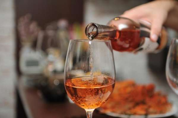 Наполнение бокала вином