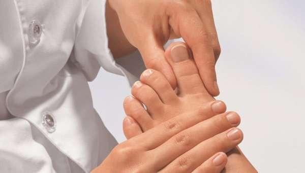 Осмотр ногтей врачом