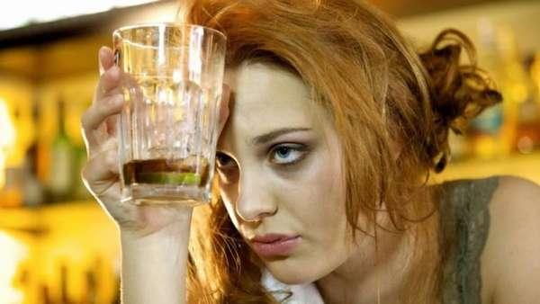 Пьющая девушка