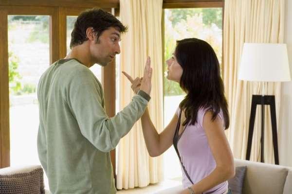 Девушка спорит с мужчиной