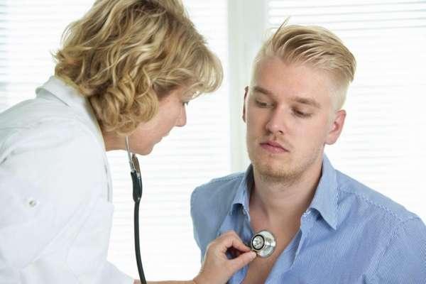 Врач слушает легкие пациента