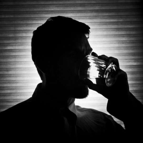 Мужчина пьет