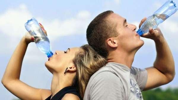 Пьют воду из бутылок