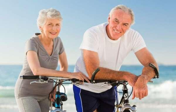 Семейная пара на велосипедах