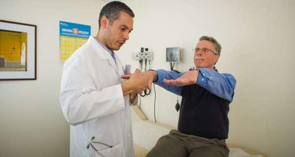 Врач работает с пациентом