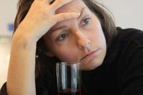 Женщина со стаканом алкоголя