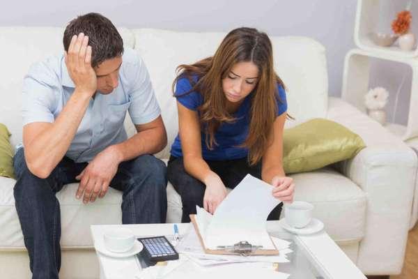 Парень с девушкой считают бюджет семьи
