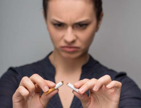 Девушка бросает курить