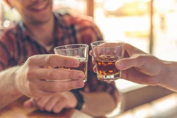 Парни выпивают