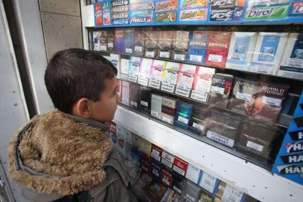Мальчик покупает сигареты