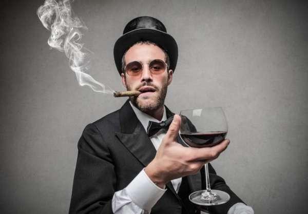 Мужчина с сигарой и вином