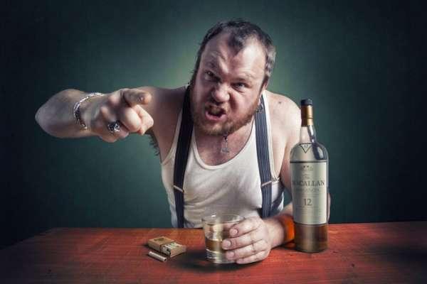 Агрессивный пьяный мужчина