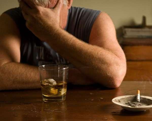 Мужчина выпивает и грустит