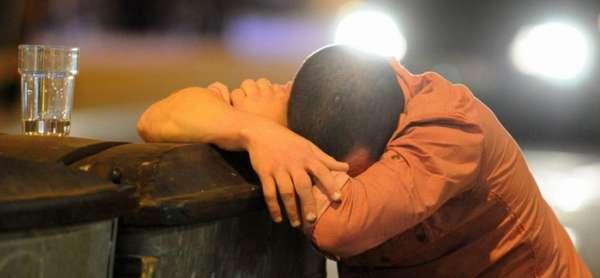 Пьяный мужчина уснул