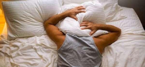 Закрыл голову подушкой