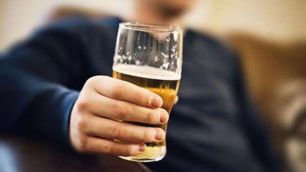 Бокал пива в руке