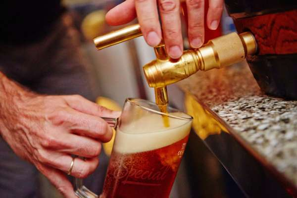 Пива наливается в бокал